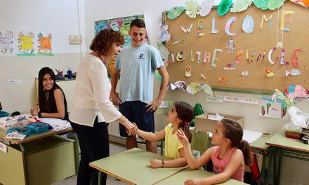 79 niños y niñas de Alcázar, entre los 4 y 12 años de edad,  aprenden inglés jugando en la Escuela de Verano