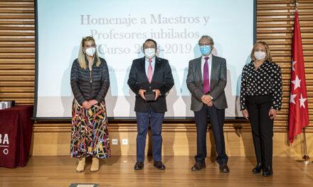 El Ayuntamiento de Collado Villalba rinde homenaje a los profesores jubilados del municipio durante los dos últimos cursos