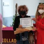 Antonia García Indias recibe el diploma que la acredita como 'Socia de Honor 2021' de las Bibliotecas Municipales de Collado Villalba